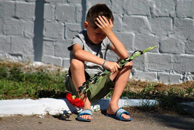 На світлині  – біль згорьованої дитини, у якої спокійне дитинство закінчилося після важкого поранення батька